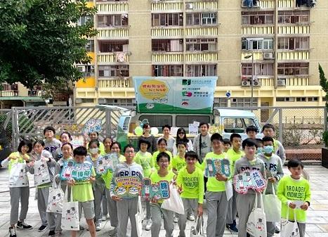 一群小學生在宣傳車前合照