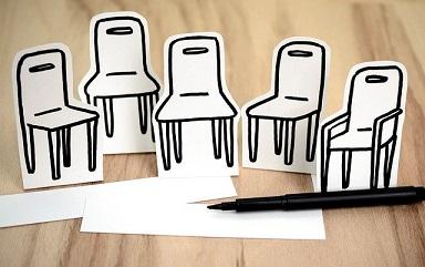 幾張紙繪畫了空椅子